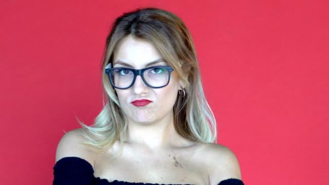 stockvideo's en b-roll-footage met jonge mooie vrouw poseren op een sexy manier en na het tonen van verschillende emoties zoals verveling. gezichtsuitdrukkingen - acteur