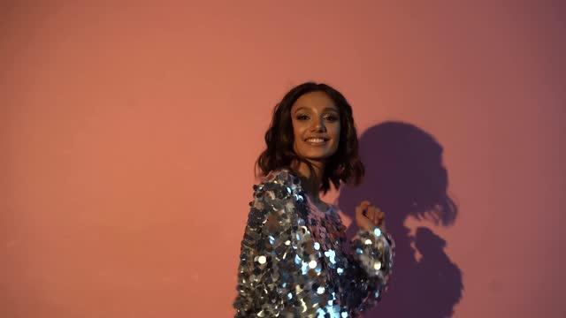 ung vacker kvinna bär aftonklänning dansar på en nyårsafton fest - aftonklänning bildbanksvideor och videomaterial från bakom kulisserna