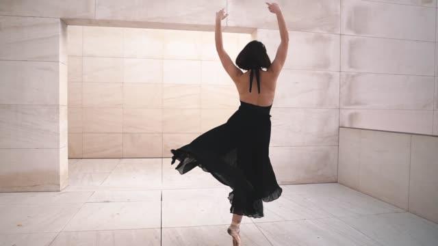 stockvideo's en b-roll-footage met jonge professionele ballerina in zwarte kleding danst in openlucht - tutu