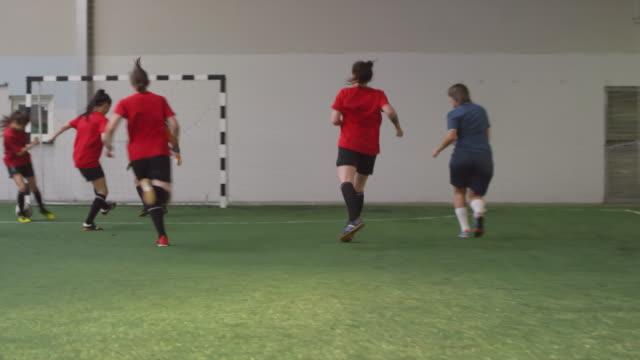 vídeos y material grabado en eventos de stock de jóvenes atletas femeninas profesionales jugando al fútbol - deportes de la escuela secundaria