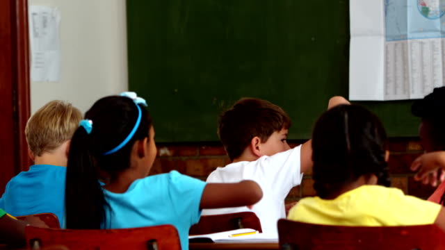 若い pupils 上の手の中のレッスンのスクール形式 ビデオ