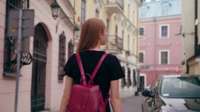 young redhead lady walking in town - polonia video stock e b–roll