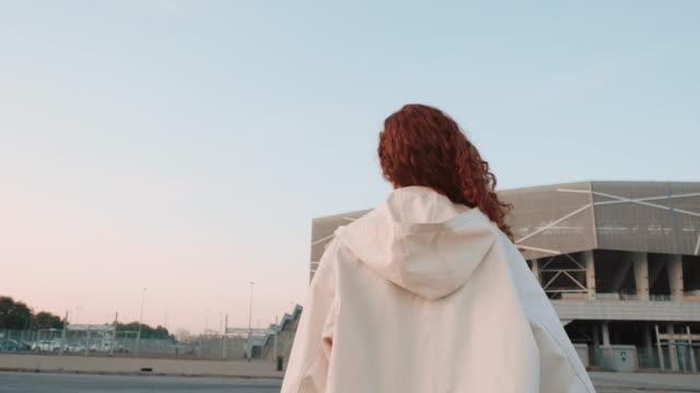 stockvideo's en b-roll-footage met jong roodharige meisje. urban fashion concept. - street style
