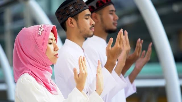 młodzi religijni muzułmanie modlą się razem w meczecie. - islam filmów i materiałów b-roll
