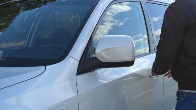 vídeos de stock e filmes b-roll de jovem rouba ladrão de carro - ladrão