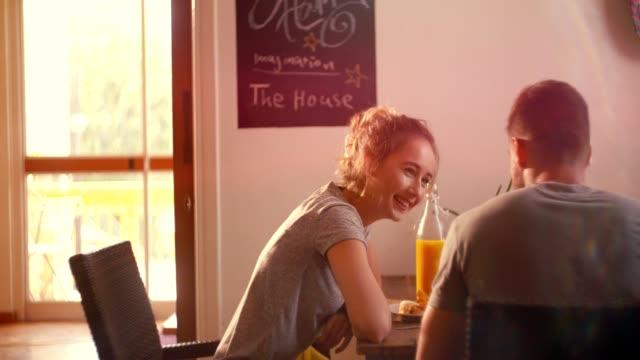 junge hipster romantische paare, die spaß während der frühstückszeit - brunch stock-videos und b-roll-filmmaterial
