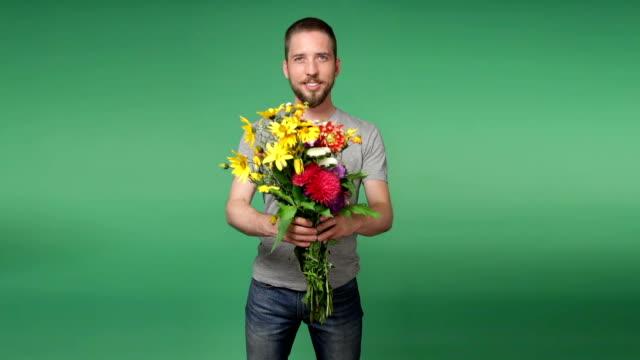 花の花束を与える若い男のロマン - ブーケ点の映像素材/bロール