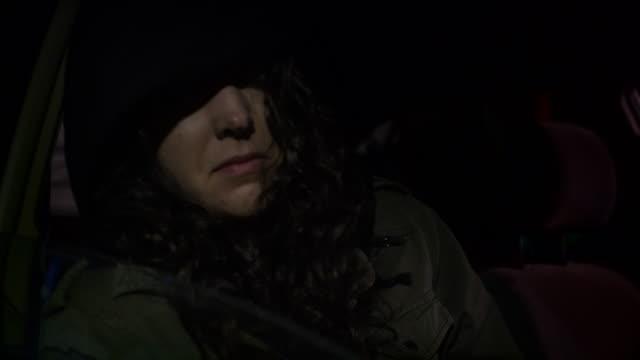 vídeos y material grabado en eventos de stock de joven asustada de la escuela secundaria chica en el backseat abuso de la trata de personas - human trafficking