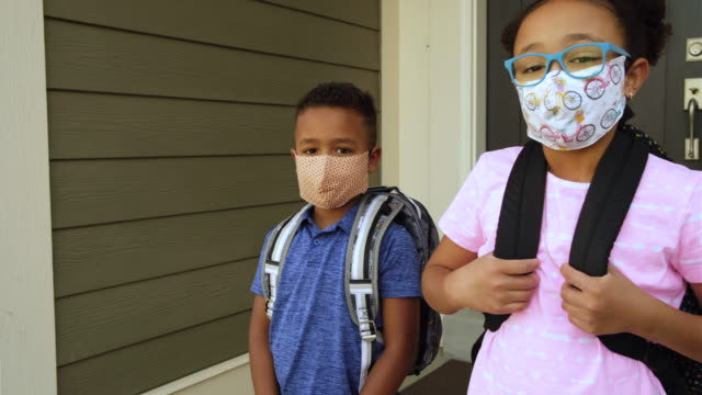 stockvideo's en b-roll-footage met young school kids wearing homemade face masks - basisschool student