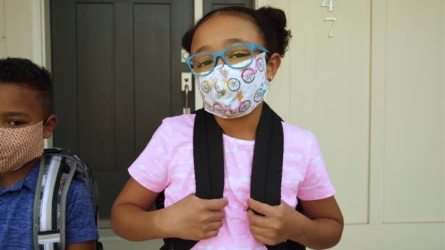 vidéos et rushes de jeunes gosses d'école utilisant des masques faits maison de visage - enfant masque