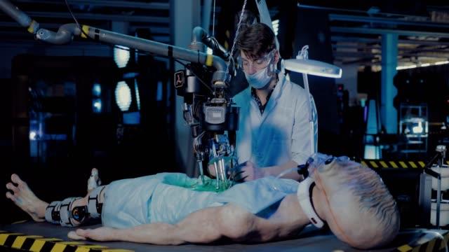 vídeos y material grabado en eventos de stock de el joven científico hace una autopsia de un extraterrestre espacial en un laboratorio. vigilancia de dispositivos de trabajo y sensores. - autopsia
