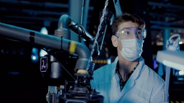 vídeos y material grabado en eventos de stock de el joven científico examina los indicadores en el monitor. el doctor lleva una bata blanca y anteojos. vista de retrato. - autopsia