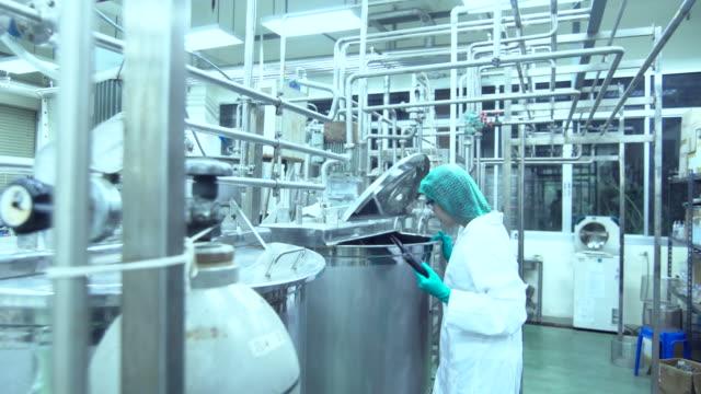 食品・医薬品技術のモデルを研究する若手科学者 - 研究所点の映像素材/bロール