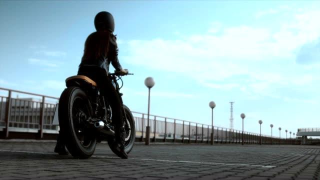 Junge sexy kaukasischen Frau sitzt auf einem Motorrad, als fallen auf den Boden, Anfänger Biker fail – Video