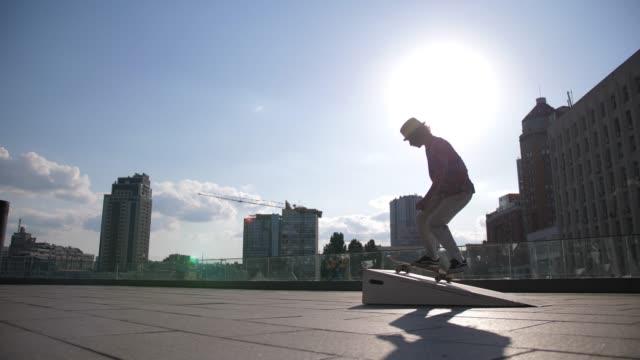 若いスケーターが外でキックフリップトリックをやって落ちる - スケートボード点の映像素材/bロール