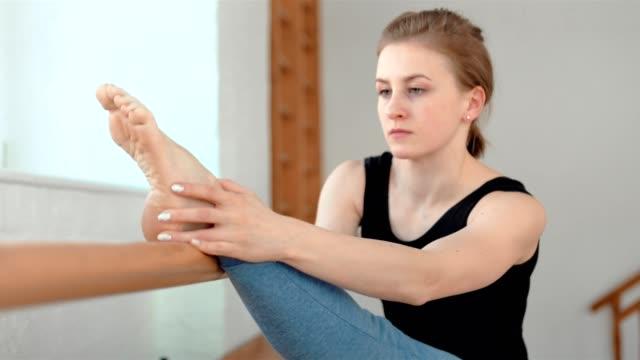 unga sportiga kvinnor stretching med barre i balett studio - balettstång bildbanksvideor och videomaterial från bakom kulisserna