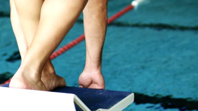 vidéos et rushes de jeune athlète sur une starting block de natation - starting block