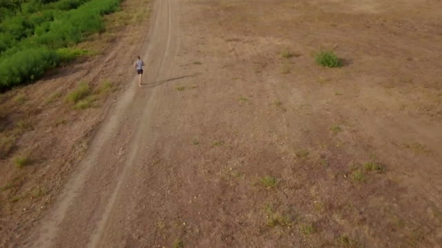 unga idrottsmän kör, flygfoto - single pampas grass bildbanksvideor och videomaterial från bakom kulisserna