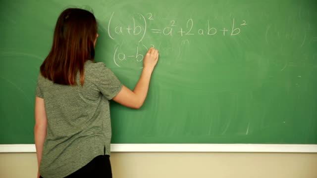 若い学生の数学の数式を書く - 数学の授業点の映像素材/bロール