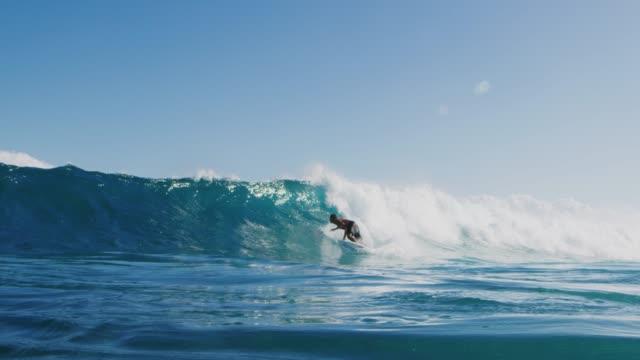 stockvideo's en b-roll-footage met jonge surfer rippen in gnarly golven - reus fictief figuur