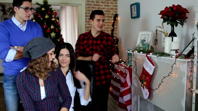 Equipo de jóvenes que Navidad sesión de fotografías en la oficina - vídeo