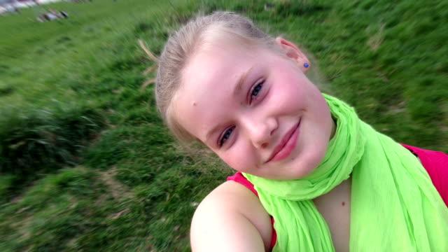 giovane adolescente ragazza prendendo selfie - fotografia immagine video stock e b–roll