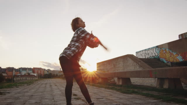 若い 10 代の女の子が放棄された建物にモダン ・ ダンスを実行します。 - street graffiti点の映像素材/bロール