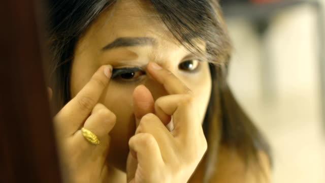 若いタイ女性接着剤偽まつげ - まつげ点の映像素材/bロール