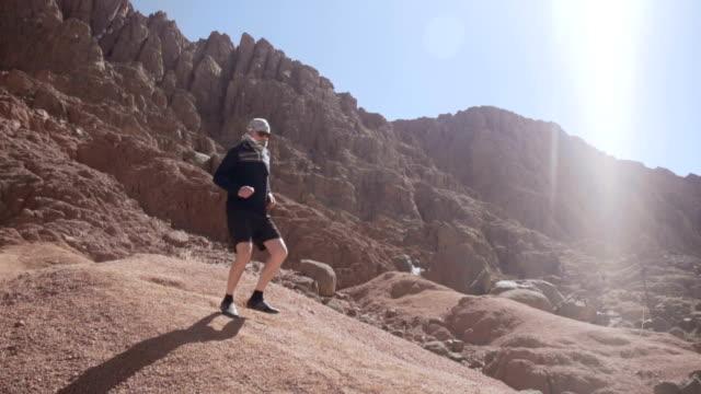 Junge Touristen kommen an den Berghügel – Video