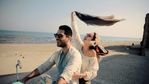 giovane coppia di turisti in scooter sulle vacanze estive dell'isola mediterranea - culture video stock e b–roll