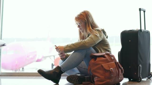 young traveler at the airport - fare una prenotazione video stock e b–roll