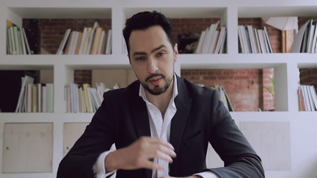 junger türkischer geschäftsmann unternehmer im anzug im gespräch mit der kamera - grundschullehrer stock-videos und b-roll-filmmaterial