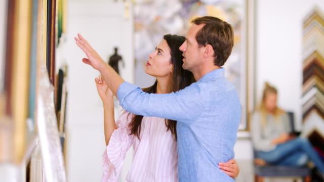 若い白いカップル議論絵画アート ギャラリーで - 美術館点の映像素材/bロール