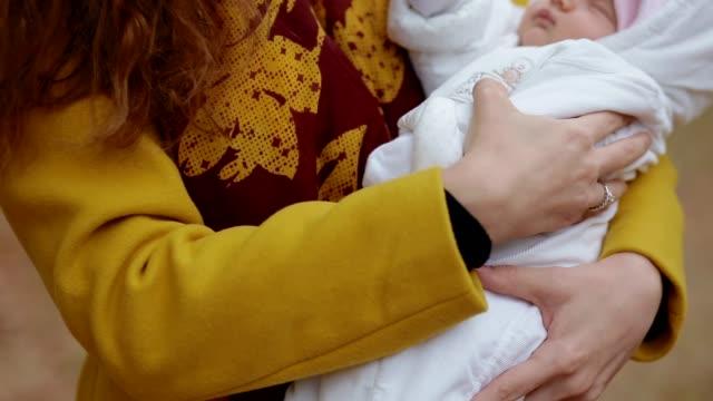 vídeos y material grabado en eventos de stock de blanco joven con un bebé recién nacido en sus manos - recién nacido 0 1 mes