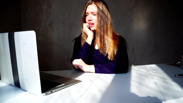 unga fru deltar i online lotteri biljetter för resa - lotteri bildbanksvideor och videomaterial från bakom kulisserna