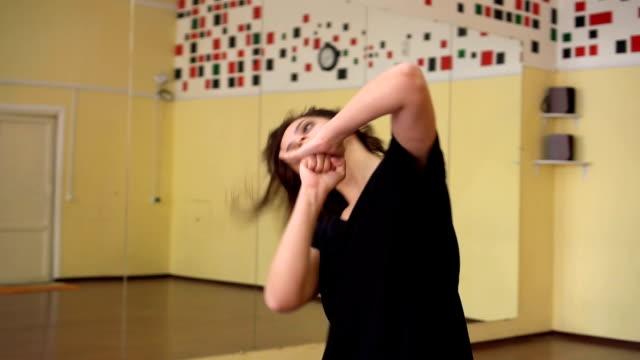 ung kvinna och vacker dans - studio modern dans stil - gympingdräkt bildbanksvideor och videomaterial från bakom kulisserna