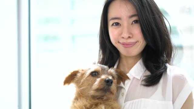 若い女性 and 犬 ビデオ