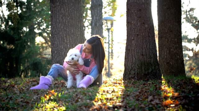 vídeos y material grabado en eventos de stock de mujer joven y su perro  - moda de otoño