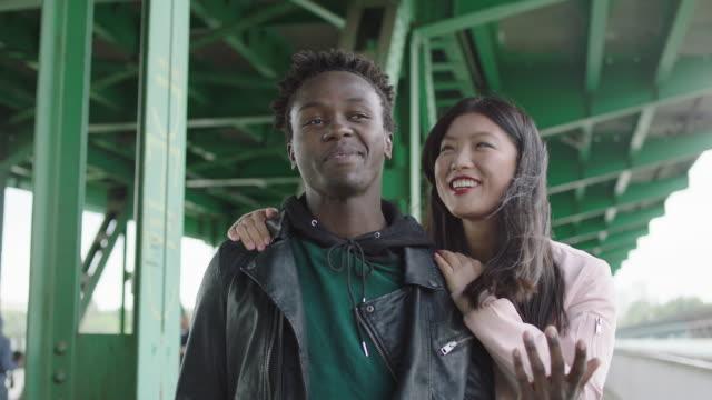 若い女性と若い男が橋の下でデート - street graffiti点の映像素材/bロール