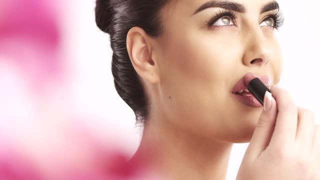 junge frau benutzt lippenstift - lippenstift stock-videos und b-roll-filmmaterial