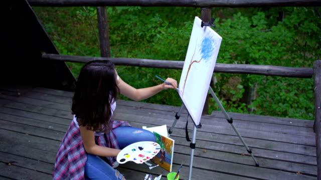 ung kvinna konstnär målning - endast unga kvinnor bildbanksvideor och videomaterial från bakom kulisserna