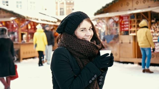 vídeos de stock e filmes b-roll de young woman at christmas market - estónia