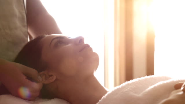 stockvideo's en b-roll-footage met young woman at spa treatment - spa behandeling