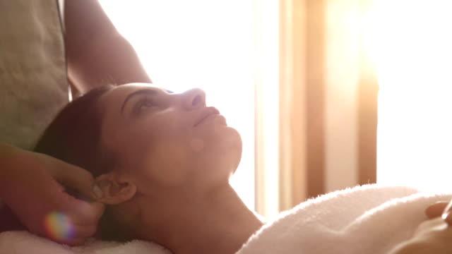 Mujer joven en un tratamiento de SPA - vídeo