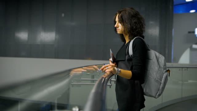 Eine junge Frau am Flughafen – Video