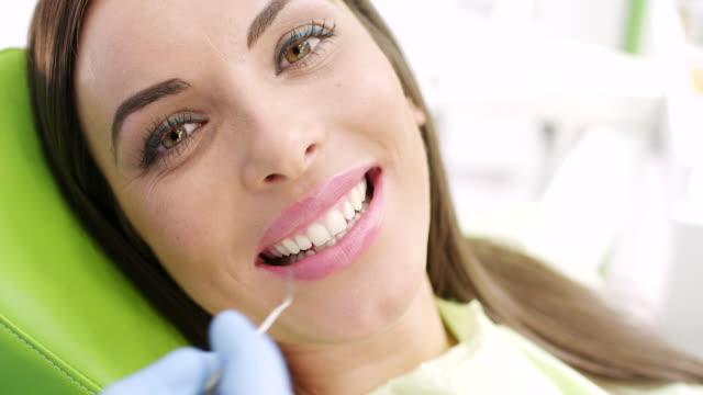 Joven mujer en el dentista - vídeo