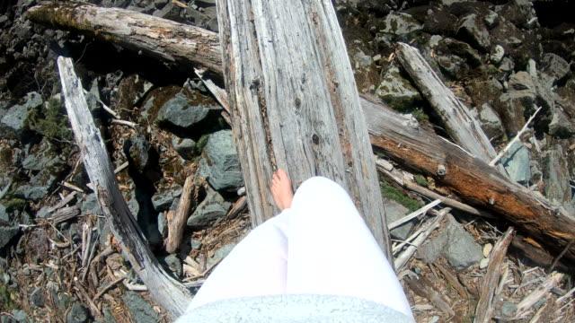 若い女性は腐った丸太に沿ってバランスをとる - 人の脚点の映像素材/bロール