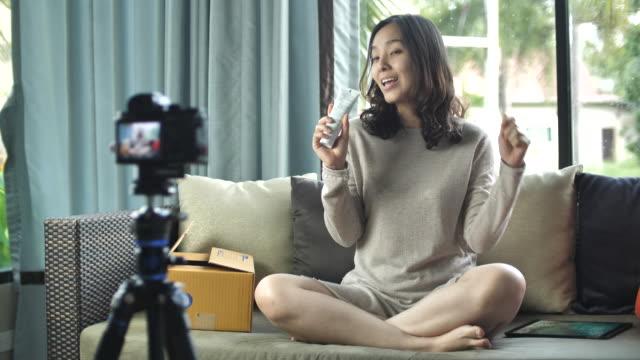 Enregistrement de blogger jeune femme vidéo pour la Production de revue de blogs - Vlogging - Vidéo
