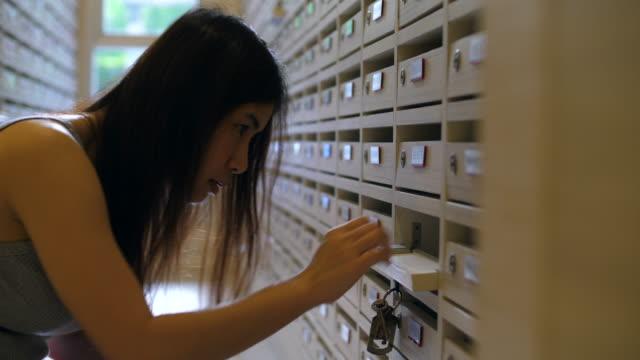 junge frau e-mail überprüfen - briefkasten stock-videos und b-roll-filmmaterial