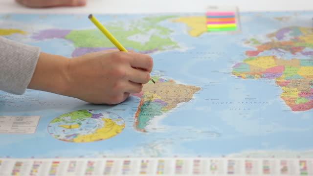 Joven verificación de mapa y tomar notas. - vídeo